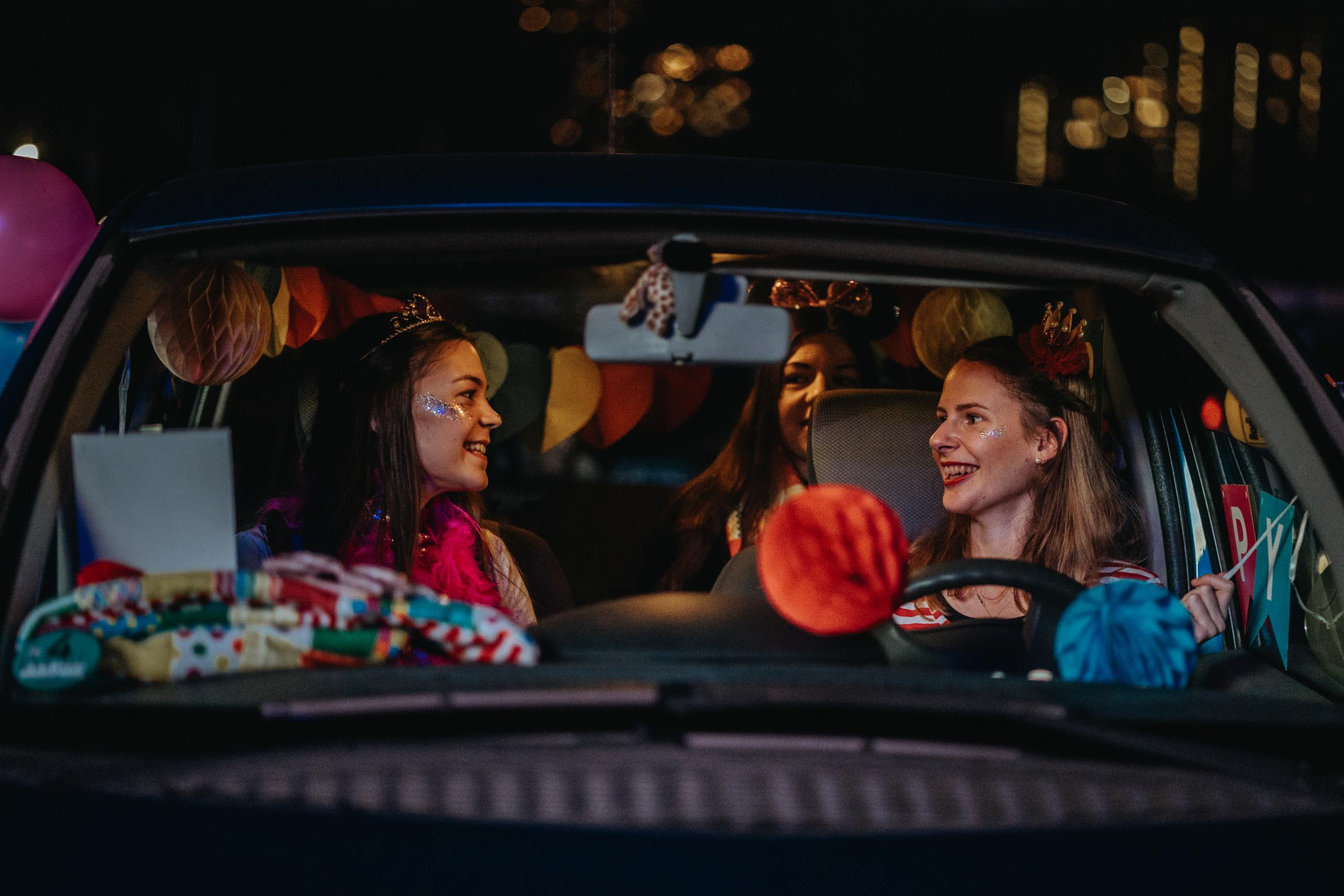 Verkleidete Jecken, geschmückte Autos und Musik für's Hätz: So geht rheinischer CARNEVAL im Lockdown – bis Veilchendienstag werden hoheitliche Ehrengäste  erwartet.