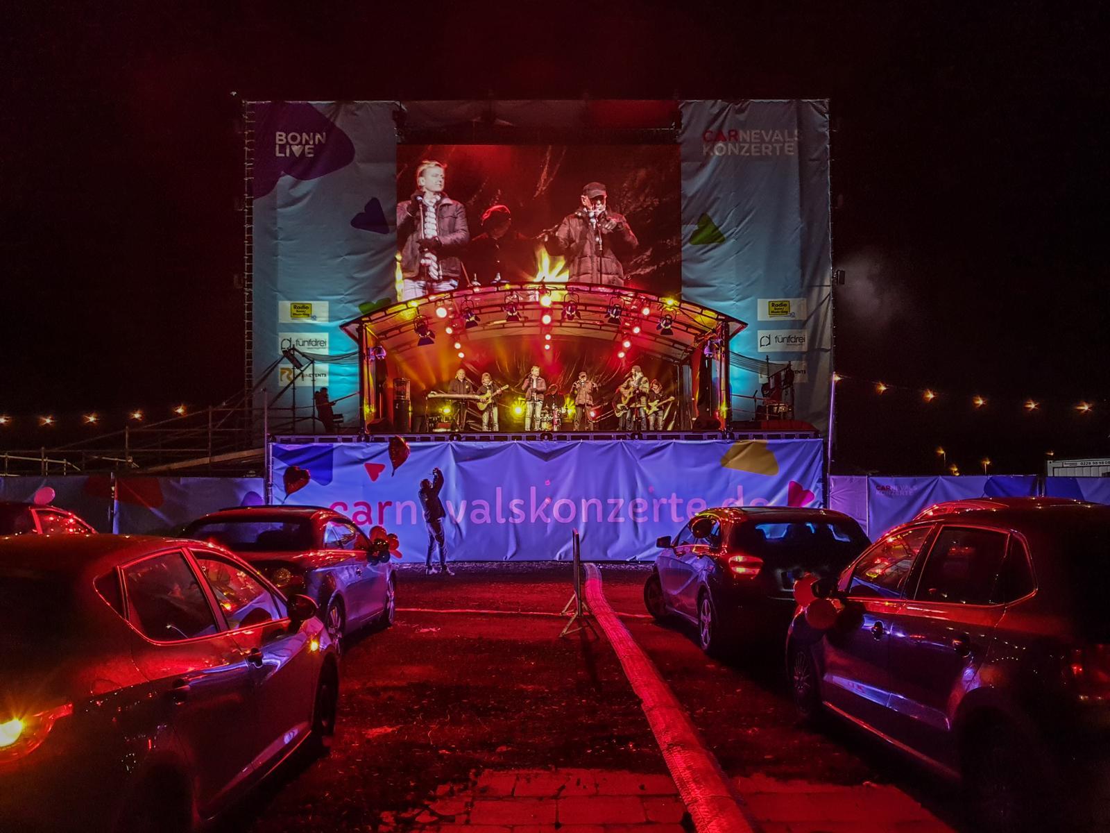 wieverfastelovend 2021: Jeckinnen und Jecke schunkelten sich in ihren Autos warm bei der Carnevalssitzung in Bonn 11.02.2021